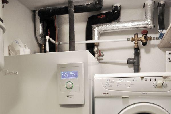 Sole/Wasser-Wärmepumpe neben zwei Waschmaschinen.