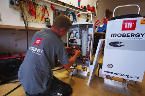 Mobile Elektroheizgeräte bietet Mobergy mit den beiden Heizleistungen 12 und 24 kW an. Im Bild: Wartungsarbeiten durch einen Servicetechniker nach einer Mietrückgabe.