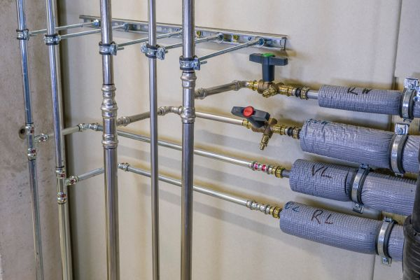 Häufig nicht als Mischinstallation erkannt: Versorgungsleitungen aus Metall mit Übergang auf brennbare Rohre in der Etagenverteilung.