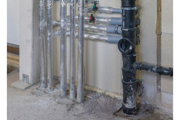 Zur umfassenden Bauartgenehmigung gehören auch die fachgerechte Verfüllung der Bauteilöffnung und die Dämmung der Rohrleitungen.