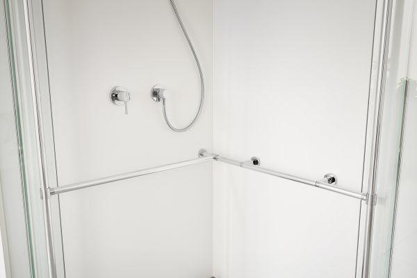 Mit wenigen Handgriffen kann die Exklusiv-Dusche nachträglich um ein abgestimmtes Relingsystem erweitert werden. Die perfekte Ergänzung zur individuellen, altersgerechten Anpassung.