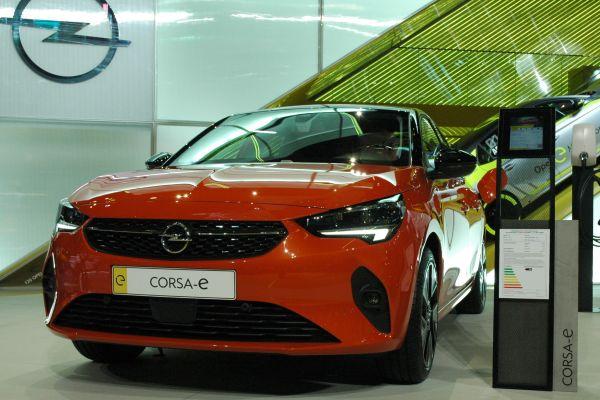 Ein roter Opel Corsa-e.