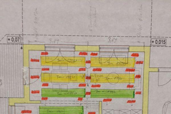 Während eine Fußbodenheizung immer vollflächig ausgelegt werden muss, reicht bei der Deckenheizung ein Belegungsgrad von 50 Prozent (im Beispiel: 70 m² aktive Heizfläche, 4,53 kW Heizleistung, für 140 m² Wohnfläche) aus, um eine behagliche Strahlungswärme zu erzeugen.