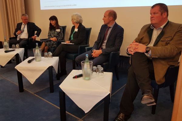Diskussionsrunde am Vormittag (v.l.n.r.): Andreas Lücke, Eva Hennig, Prof. Dr. Angelika Heinzel, Dr. Karsten McGovern und Dr. Frank Voßloh.