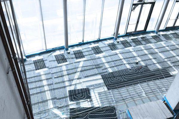 """""""Airconomy"""", das Komplettsystem zum Heizen, Lüften und Kühlen, wurde in der """"KTM Motohall"""" unauffällig in die Fußbodenkonstruktion installiert. Es kombiniert eine kontrollierte Lüftung mit Wärmerückgewinnung und eine Warmwasser-Fußbodenheizung mit integrierter Kühlfunktion."""