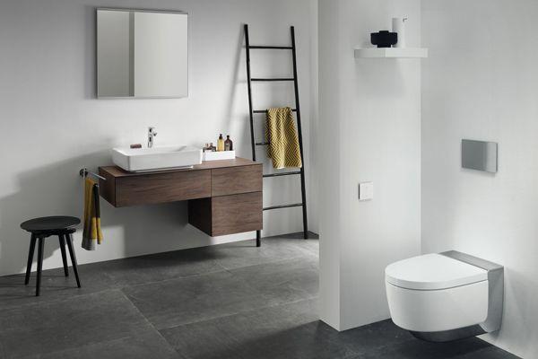 """Edel und glänzend – mit Komfort der Extraklasse: Beim """"Geberit AquaClean Mera"""" verbirgt sich die ausgeklügelte Technik hinter einer Chromabdeckung. Sie lässt das Dusch-WC elegant und leicht erscheinen."""