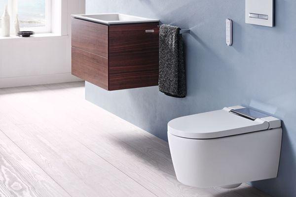 """Das Dusch-WC """"Geberit AquaClean Sela"""" präsentiert sich mit puristischem Design und komfortabler Ausstattung."""