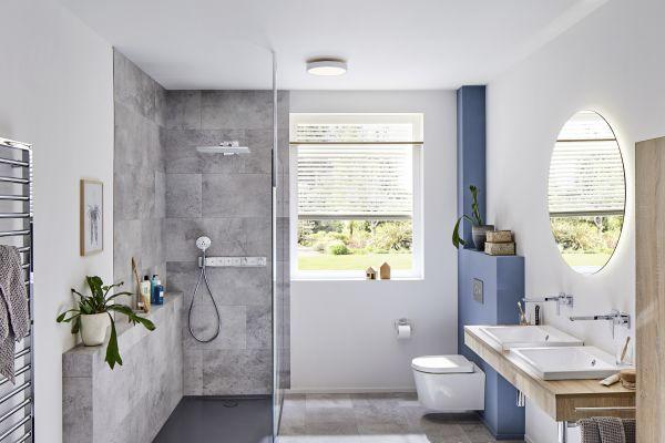 Das Bild zeigt eine begehbare Dusche.