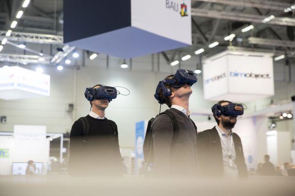 Drei Männer tragen Virtual Reality-Brillen.