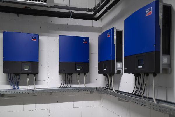 Mehrere PV-Wechselrichter in einem Keller.