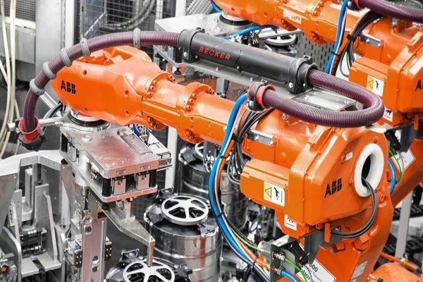 Ein Roboter zur Felgenherstellung.