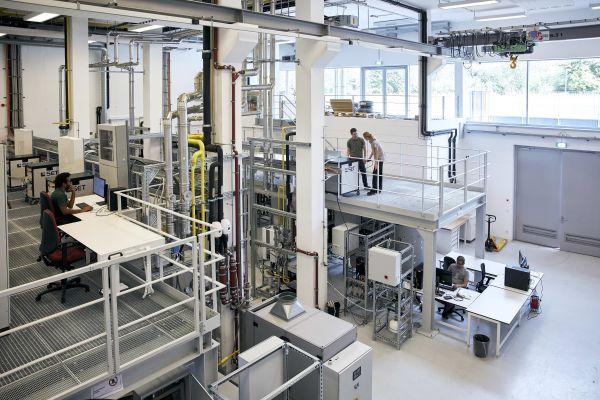 """Um den Energieverbund von Gebäuden so praxisnah wie möglich auszuprobieren und """"MEMAP"""" im realen Anlagenbetrieb auf """"Herz und Nieren"""" überprüfen zu können, wird das Forschungslabor """"CoSES"""" der TU München eingesetzt."""