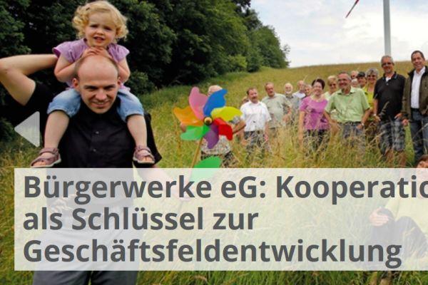 Viele Menschen stehen auf einer Wiese vor einem Windrad, links auf dem Bild steht: Bürgerwerke eG: Kooperation als Schlüssel zur Geschäftsfeldentwicklung.