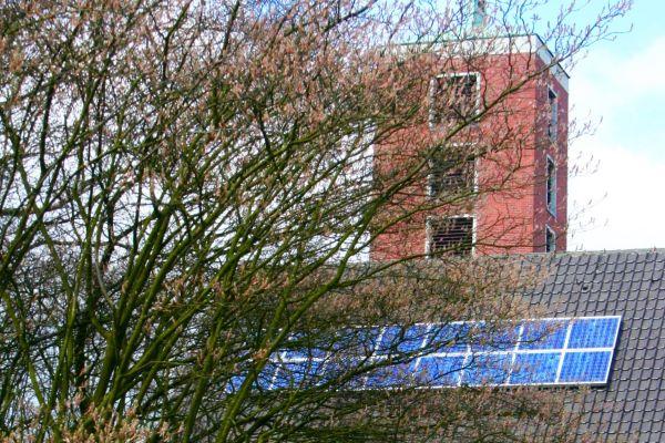 Eine Kirche mit einer PV-Anlage auf dem Dach.