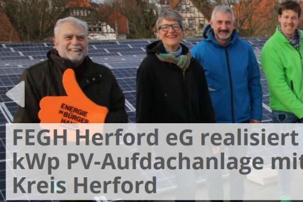 Sechs Menschen stehen vor einer PV-Anlage, links unten auf dem Bild steht: FEGH Herford eG realisiert 185 kWp PV-Aufdachanlage mit Kreis Herford.