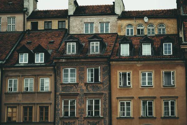 Eime Häuserfront aus Backsteingebäuden.