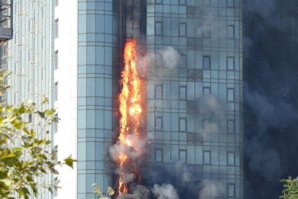 Das Bild zeigt einen Brand am Hochhaus.