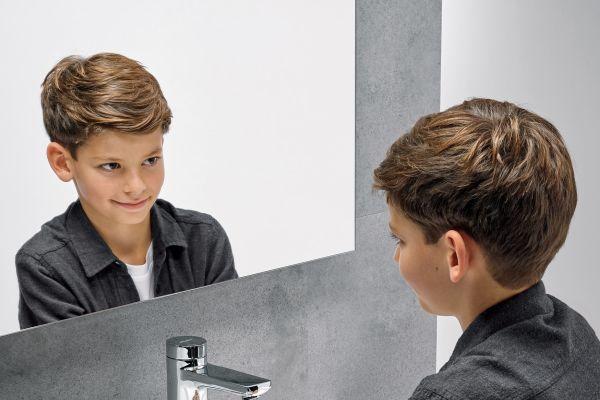 Das Bild zeigt einen Jungen beim Händewaschen.