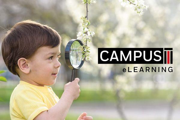 Ein Kind schaut durch eine Lupe, daneben der Text