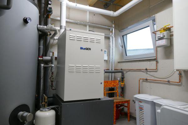 Ein Brennstoffzellen-Heizgerät in einem Heiztechnikraum.