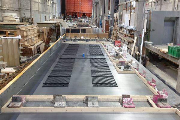 """Nachdem im Werk der Zuber Beton GmbH die Vorbereitung für die Schalung der Fertigteildecke erfolgte, wurde das aquatherm-""""black system"""" mit vorbereiteten Abgängen eingelegt."""