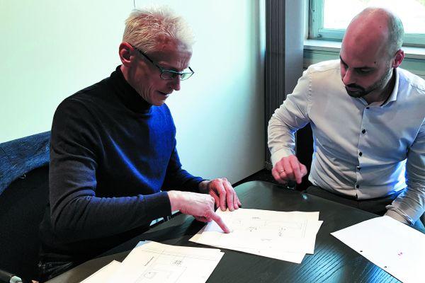 Heinz Bittmann, hier im Gespräch mit Timo Kirchhoff (Leiter Produktmanagement bei Fa. Kemper) ist ein Tüftler, der Dingen gerne detailliert auf den Grund geht – auch beim thermischen Abgleich von Trinkwasseranlagen im Bestand.
