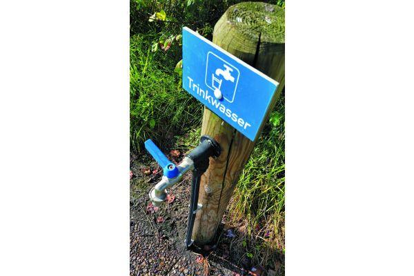 """Wenn es um den Erhalt der Trinkwassergüte geht, liegt vor Ort immer noch manches im Argen. Allerdings nicht immer so offensichtlich – und förmlich nach dem Sachverständigen schreiend – wie bei dieser handgemachten """"Schlauch-Installation""""…"""