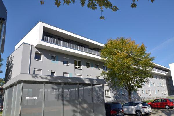 Das Bild zeigt ein Gebäude mit einem neuen Stockwerk.