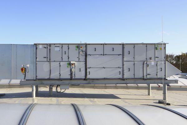 RLT-Anlagen auf einem Dach.