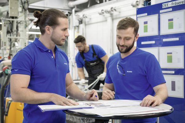Das Bild zeigt Mitarbeiter im Werk Sinsheim – einer der drei Standorte, wo die weltweit erfolgreichen Silgranit-Spülen hergestellt werden.