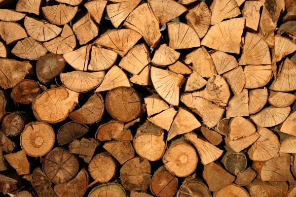 Das Bild zeigt einen Stapel Holz.