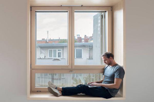 """Ein hölzernes """"Sitzfenster"""" an der Straßenseite."""