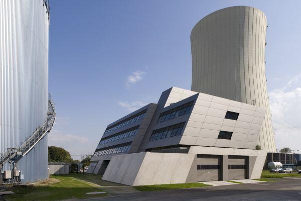 Das E.ON-Kraftwerk in Zolling bei München mit dem neuen Verwaltungsgebäude.