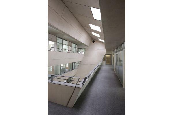 Flur und Treppenhaus in einem Gebäude.