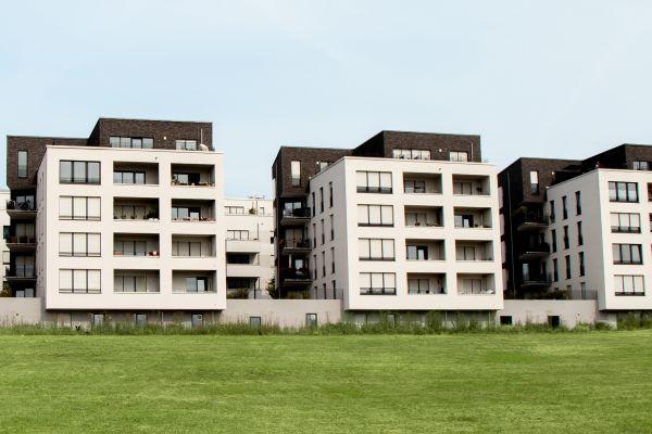 Mehrere mehrgeschossige Häuser.