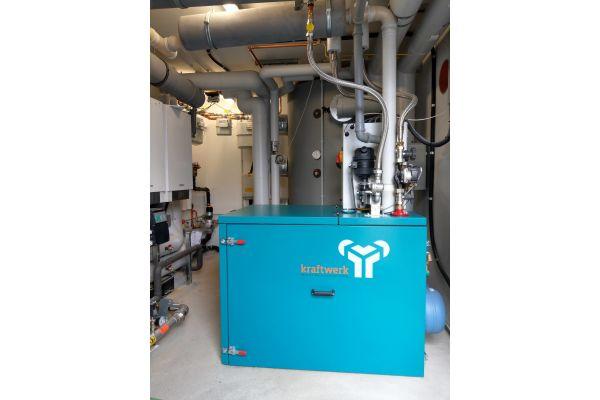 """Das serienmäßig mit Brennwerttechnik ausgestattete BHKW """"Mephisto G8"""" besitzt eine elektrische Leistung von 8 kW und eine thermische Leistung von 20,9 kW (3-Zylinder-Ottomotor)."""