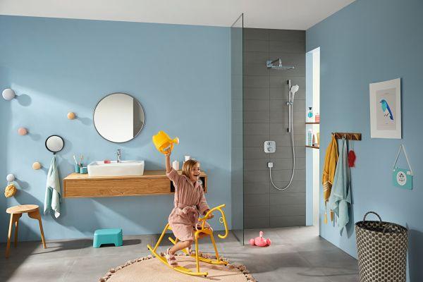 Das Bild zeigt ein Kind im Badezimmer.