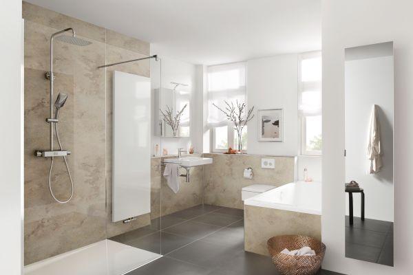 Das Bild zeigt ein mit Wandverkleidungen ausgestattetes Badezimmer.
