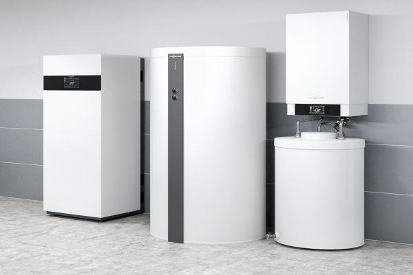 ein Brennstoffzellenheizgerät, Heizwasser-Pufferspeicher, Gas-Brennwertkessel und Warmwasserspeicher.