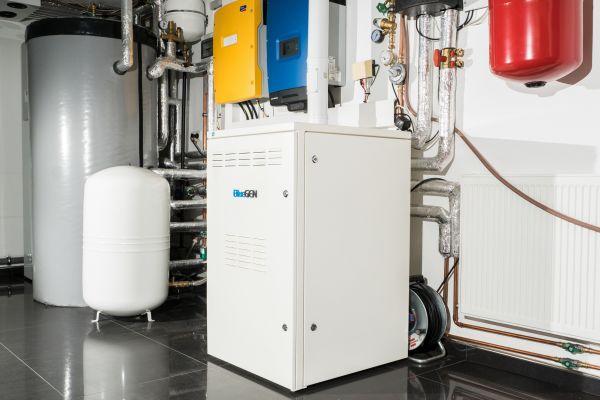 Buderus bietet seit dem vergangenen Jahr das SOFC-Brennstoffzellenheizgerät Bluegen von Solidpower mit einer Nennleistung von 1,5 kW elektrisch und 0,6 kW thermisch in Deutschland an.