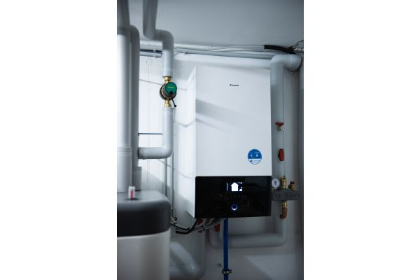 """Die neue Luft/Wasser-Wärmepumpe """"Daikin-Altherma 3 H HT"""" eignet sich besonders für Renovierungen und bietet mit verschiedenen Innengeräten (hier: mit 500-Liter-Wärmespeicher) maximale Flexibilität."""