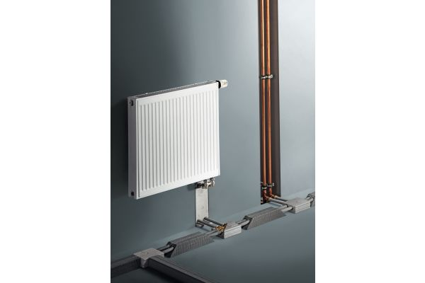 Diese exemplarische Heizungsanlage zeigt das Gefahrenpotential von Mischinstallationen: Die Metallleitung kann bei einem Brand Wärme durchleiten und in einem anderen Stockwerk Kunststoffleitungen entzünden.