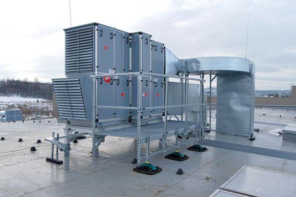 Das Bild zeigt eine aufgeständerte RLT-Anlage.