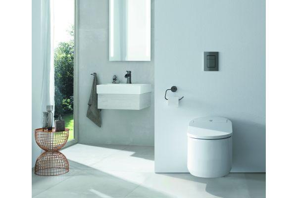 """Intelligente Technik findet immer mehr Einzug in private Haushalte. Mit dem Anspruch, das Leben der Konsumenten angenehmer und einfacher zu gestalten, hat Grohe unter anderem das """"Sensia Arena Dusch-WC"""" entwickelt, das beispielsweise mit einer automatischen Geruchsabsaugung ausgestattet ist. Nach Angaben des Herstellers sorgt der Aktivkohlefilter dafür, dass dank Silberionen Keime in der Umgebungsluft abgetötet und die Bakterienbildung zu 99,9 Prozent reduziert wird"""