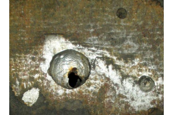 Wanddurchbruch an einem Wärmeerzeuger.