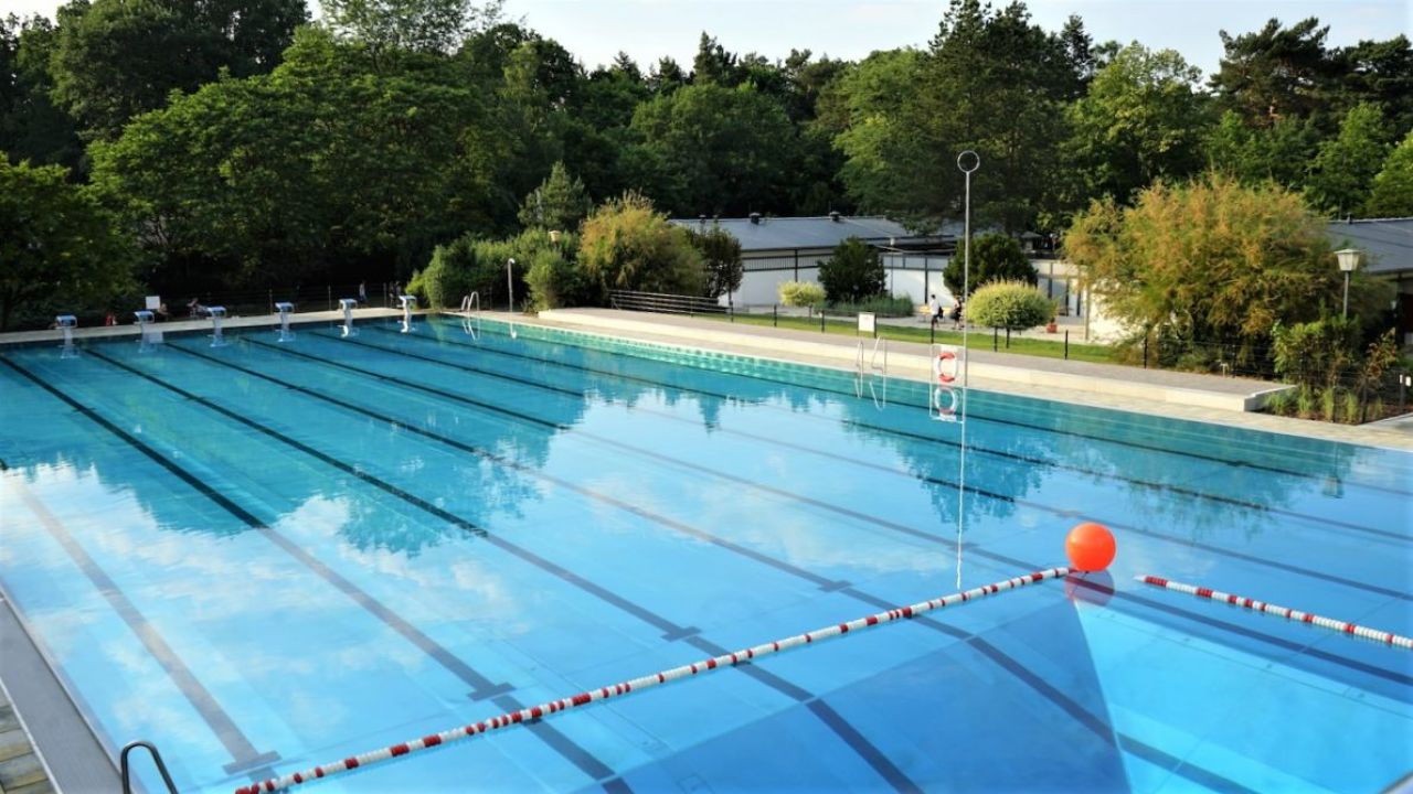 Sonnenenergie wärmt Schwimmbadwasser in Kiebitzberge
