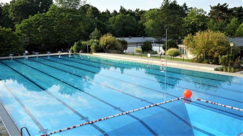Sonnenenergie wärmt Schwimmbadwasser