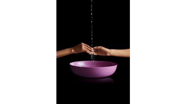 Das Bild zeigt zwei Hände über einer Waschschale.