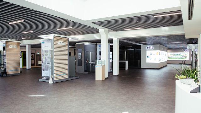 Das Bild zeigt den Blick ins Infocenter vom Empfangsbereich.