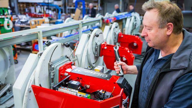 Ein Mann fertigt einen Gas-Gebläsebrenner.